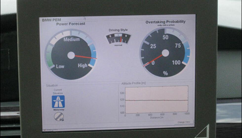 """Her kjører vi ut på en vei med fri fart. Det grå skiltet nederst til venstre viser det. Sannsynligheten for stort effektutak er dermed """"high"""". Sannsynligheten for at vi skal kjøre forbi (overtake) er lav siden kameraet ikke ser noen foran oss."""