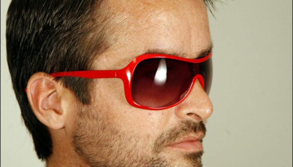 Knallrøde solbriller til henne fra Cubus til 79 kroner kan likesågodt brukes av han. Foto: Per Ervland