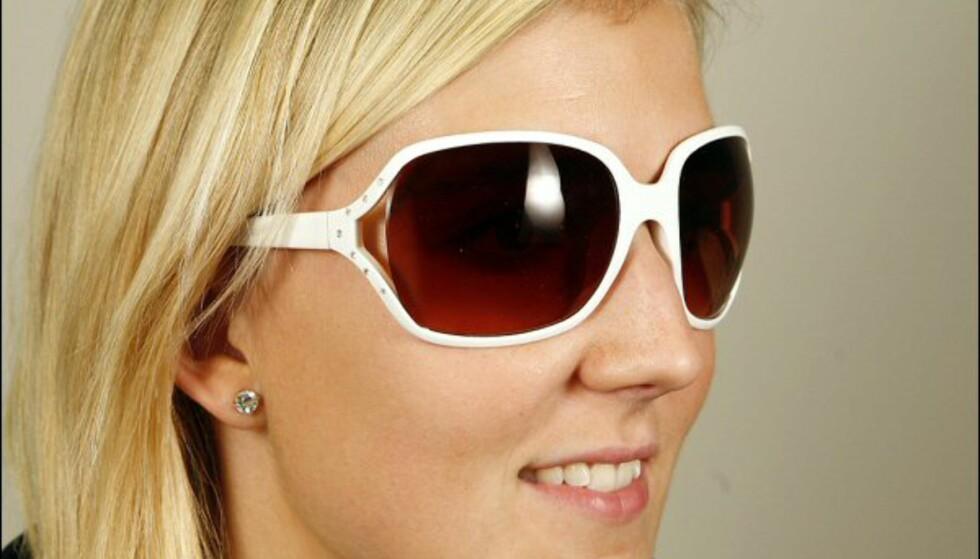 Hvite briller med strass og åpning på siden fra Cubus til 79 kroner. Foto: Per Ervland