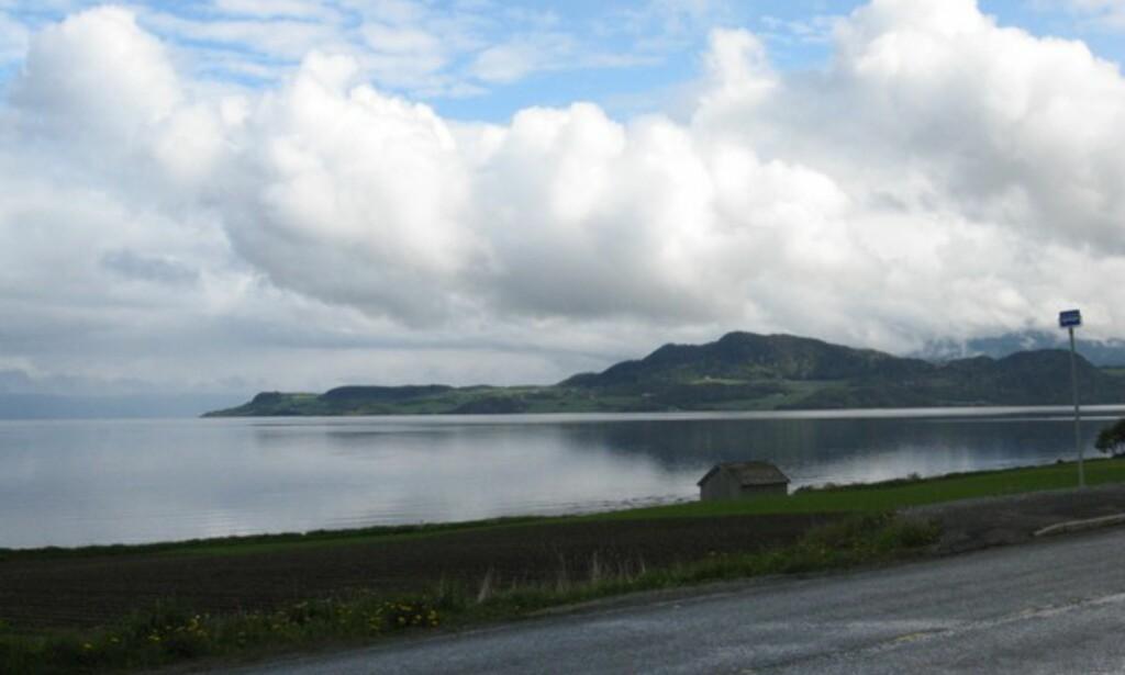 Utrolig vakker natur, blikkstille på fjorden kl 11 i formiddag.