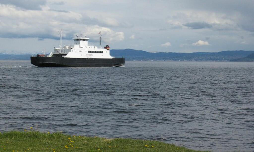 Ferga forlater Rørvik. Trondheim i bakgrunnen.