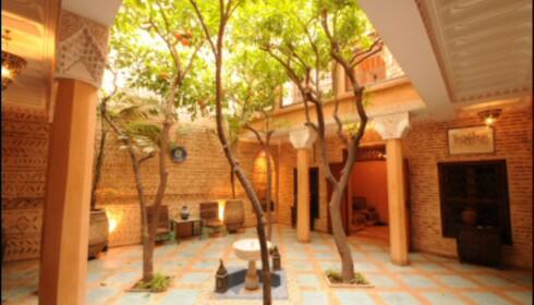 Bak slette fasader og små unnselige dører, åpenbarer det seg fantastiske boliger i de klassiske riadene. Her fra Marrakech. <i>Foto: Hans Kristian Krogh-Hanssen</i> Foto: Hans Kristian Krogh-Hanssen
