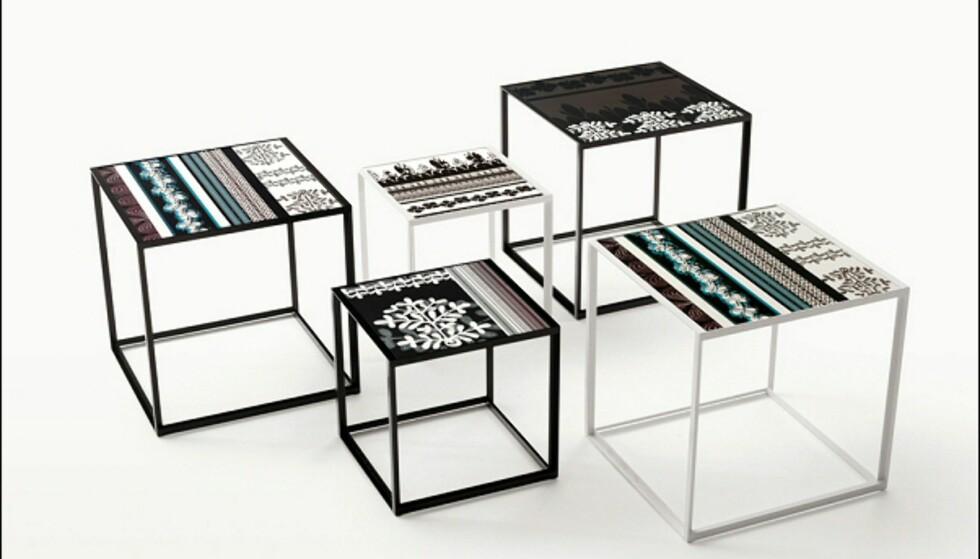 Det hører også med bord i Canasta-serien, noen i samme materiale som møblene, og disse kvadratiske settbordene med keramisk topp. Disse koster fra 5.715, mens de runde flettebordene, med et brett på toppen, og oppbevaringsrom inni, koster fra 11.430 kroner på Expo Nova. <i>Foto: Produsenten</i> Foto: B&B Italia