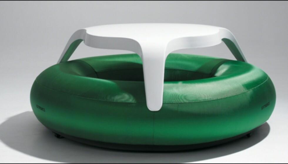DoNuts fra Extremis. Oppbåsbar gummiring med tilhørende bord. Designet av Dirk Wynants og fås på Euklides til 23.940 kroner. <i>Foto: Produsenten</i>