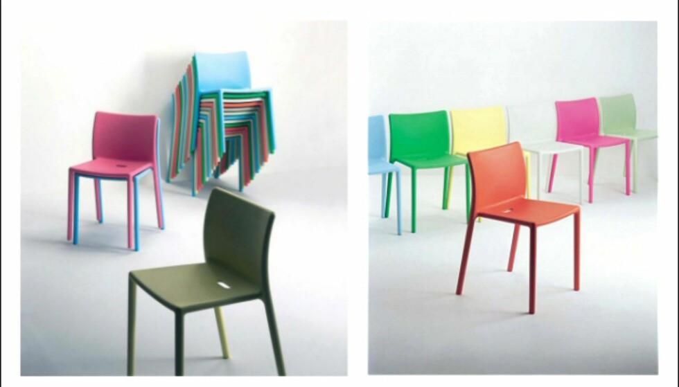 Stablestolene Air i glassfiberforsterket polypropylen fra Magis kommer i en rekke fine knallfarger, og er ekstra lett å stue unna om vinteren. De kommer også i en variant med armlener, og det hører små cafébord med. Hullet i setet gjør at regnvann lett renner av. Fås på Euklides til 935 kroner stykket. Foto: Produsenten Foto: magis