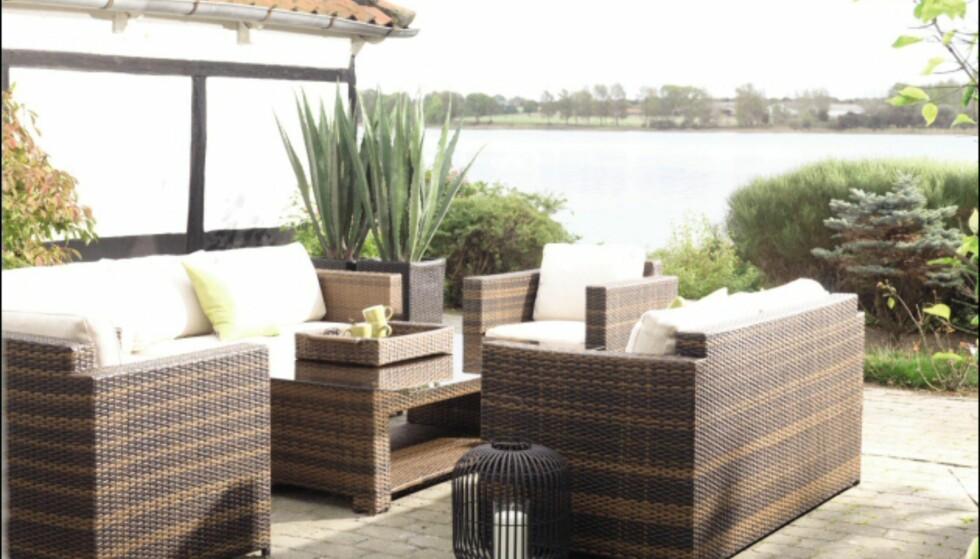 Mekka sofagruppe fra Bohus, gir den riktige eksklusive strandklubbfølelsen. Bord med herdet glassplate til 1.999, <br /> 2-seter med dunputer til 5.499 og stol med dunputer 2.999 kroner. <i>Foto: Bohus</i> Foto: Bohus