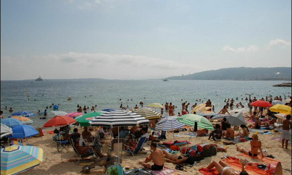 De som ikke leier seg dyre strandstoler på private strender, pakker seg sammen på de offentlige. Foto: Brynjulf Blix