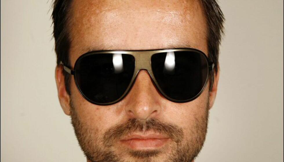 Svarte pilotbriller med innfelt parti i gull fra Dolce & Gabbana/Brilleland til 2.320 kroner. Foto: Per Ervland