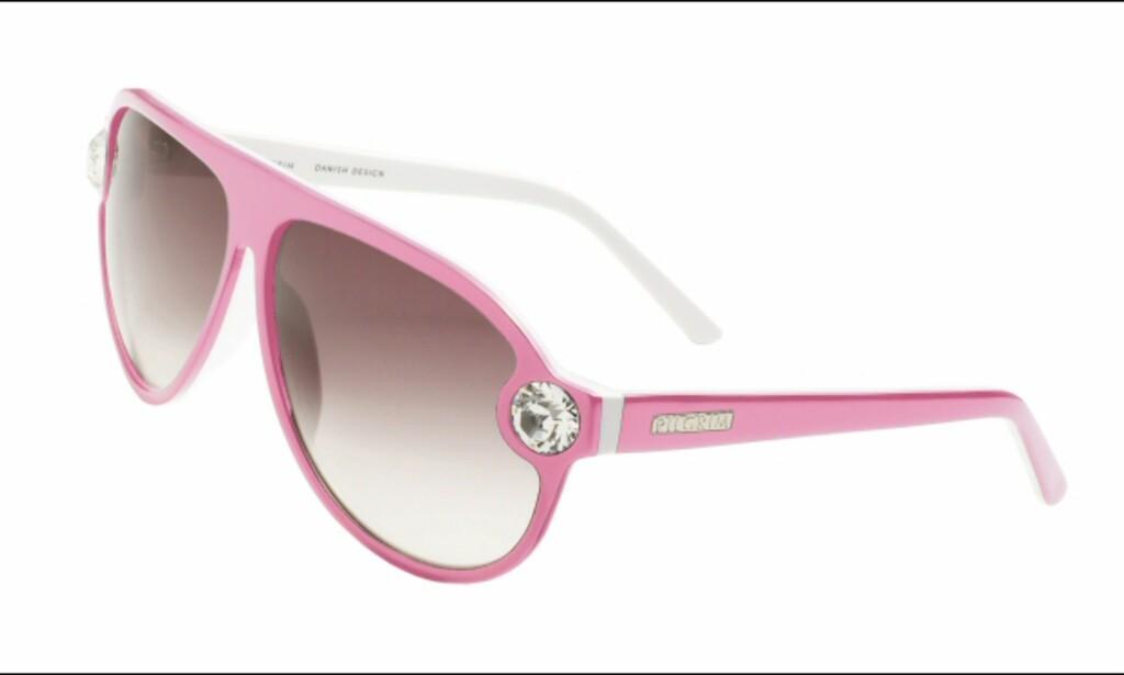 Se verden gjennom rosa briller med bling fra Pilgrim til 999 kroner.  Foto: Pilgrim