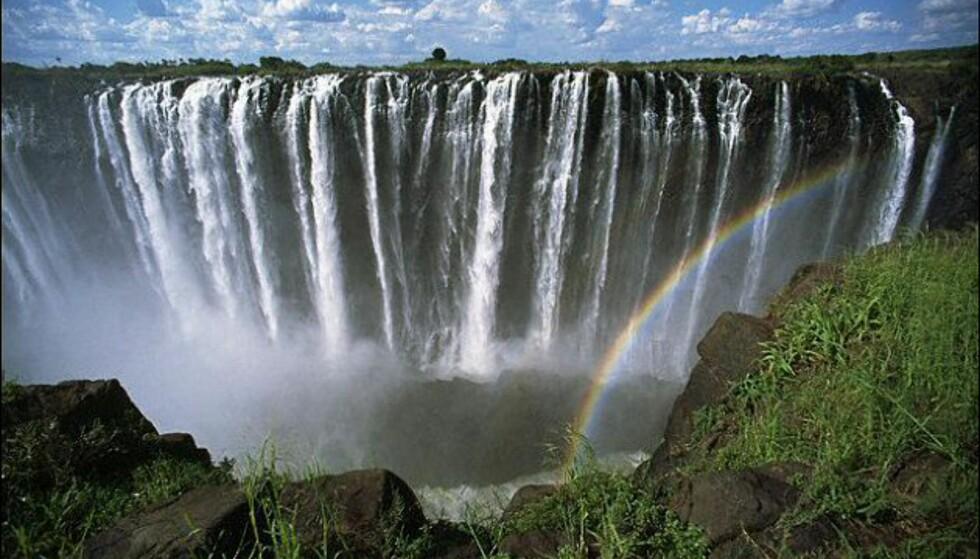 Victoria Falls er cirka 1,7 km bredt, og høyeste fall er 108 meter. Foto: Wikipedia