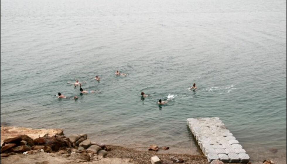 Nede i vannet flyter badegjestene som korker. Foto: DinSide