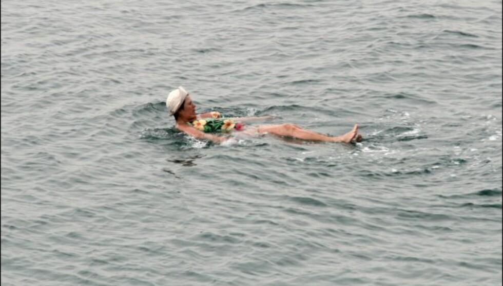 Denne damen flyter ikke bare på flesket. Med så salt vann er det vanskelig å holde kroppsdelene under vann. Foto: DinSide