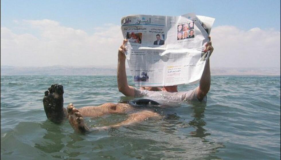 Ingen kunst å holde avisen tørr når man flyter så godt! Foto: Wikipedia