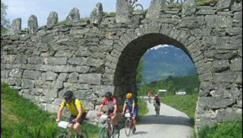 Her passerer syklistene i Nibberittet 270-graders svingen ved Knuten. De har bare kommet fem km ut i løypa. Foto: Terje Drege Rusten/Frå fjord til fjell