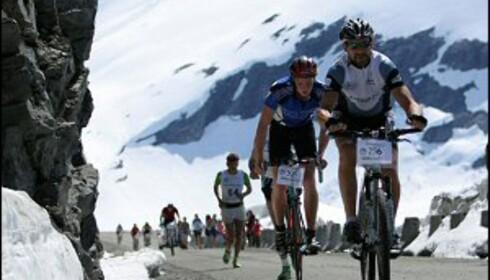 Her peser deltakerne seg opp Flåa, nesten oppe ved Dalsnibba. Foto: Knut Arild Maråk/Frå fjord til fjell