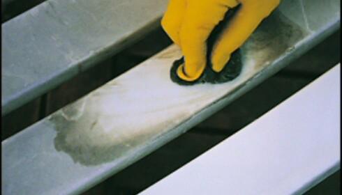 Med en god vask og litt polering, blir gamle og skitne plaststoler som nye. Foto: www.ifi.no