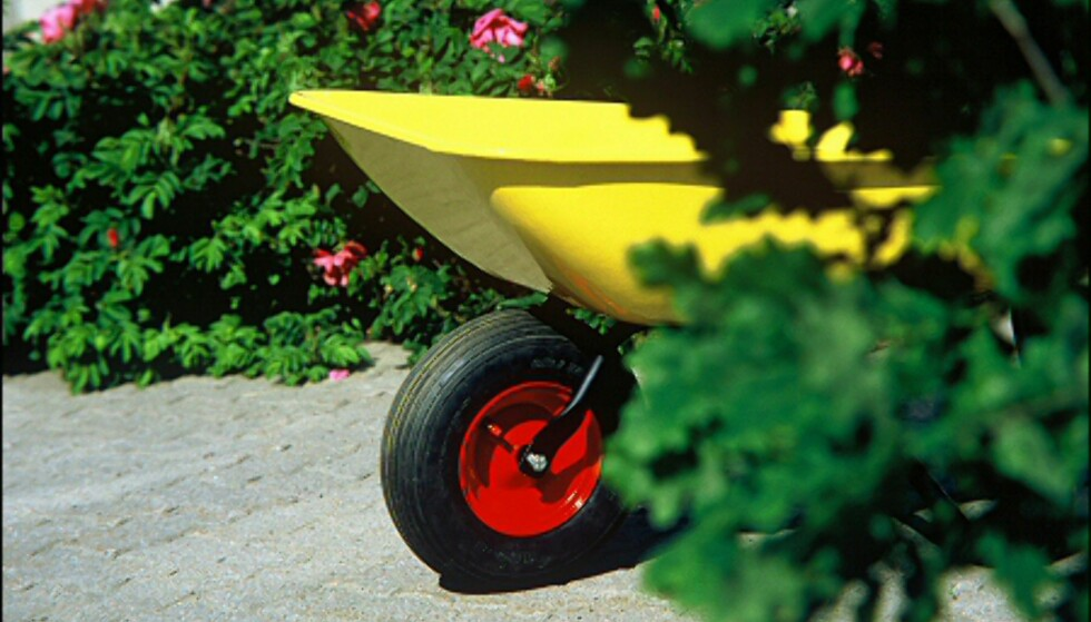 Metall kan males, og du trenger ikke begrense deg til hagemøblene. Tenk nytt, og forny hagen med en knallgul postkasse, rekkverk, port - eller trillebår. Foto: www.ifi.no