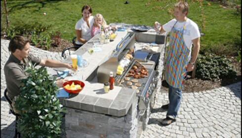 Har du god plass kan grillen integreres i et utekjøkken. Her er familien Eskelund i Horten samlet rundt det ferdige utekjøkkenet fra Sundance. Foto: Produsenten