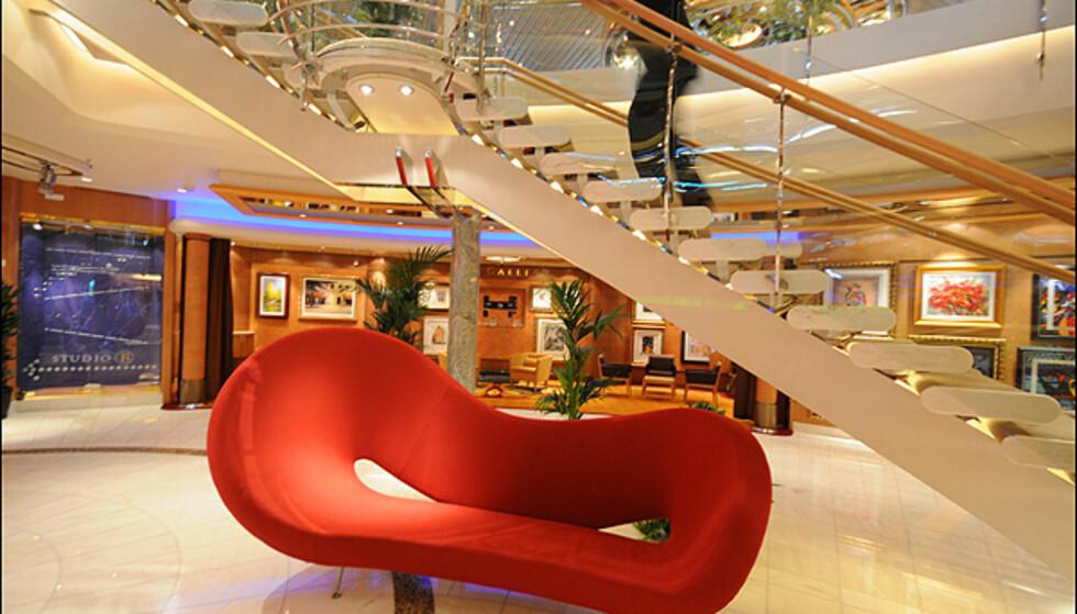 Det er lagt stor vekt på design og kunst på den nye båten. Kunst til 30 millioner kroner pryder veggene innvendig.
