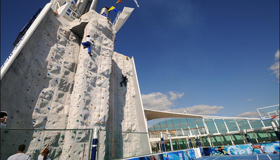 Kyndig veiledning gjør at alle kan prøve seg i klatreveggen - hvis de tør.