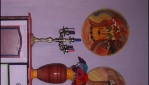 Gule detaljer lyser riktig opp i det lilla. De to plakettene fra 70-tallet er malt av Inger Landsem. Foto: Elisabeth Dalseg Foto: Elisabeth Dalseg