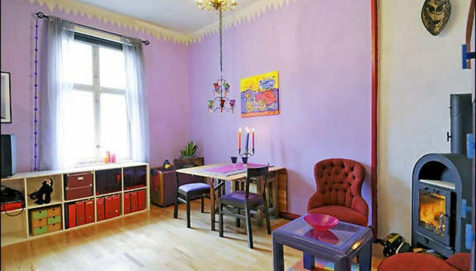 Selve veggene er malt i dus lilla, mens dypere varianter - fra purpur til indigo - er brukt på ulike detaljer i interiøret. Foto: Privat Foto: Elisabeth Dalseg