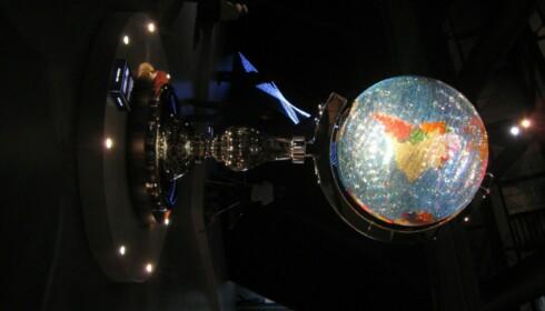 Swarovski hadde, tradisjonen tro, invitert en rekke designere til å leke seg med krystallene. Studio Jobb presenterte en gigantisk lysende globus.