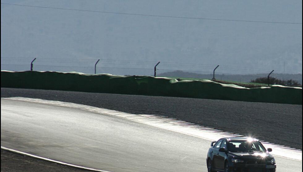 Nye Mitsubishi Lancer Evolution på Guadix-banen utenfor Granada, Syd-Spania.