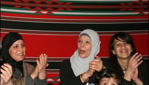 De to jordanske familiene vi har besøk av i leiren får opp stemningen med sang og dans.