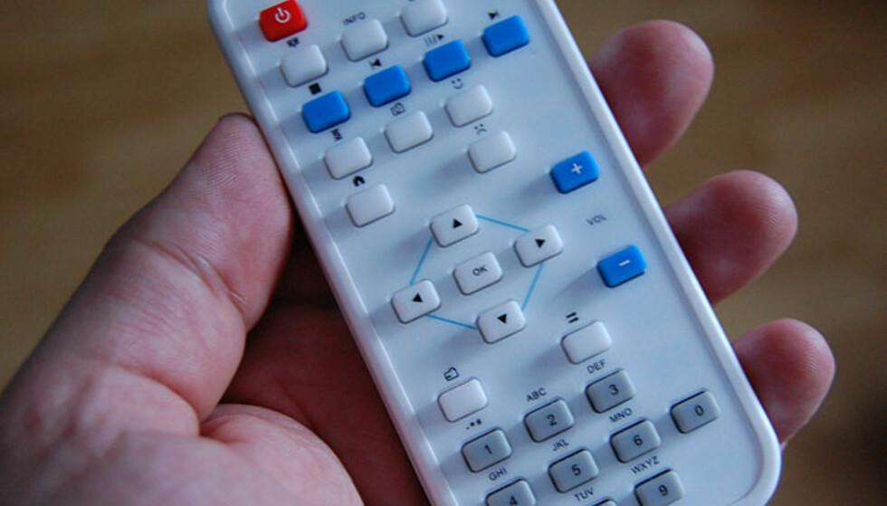 Fjernkontrollen har noen symboler som ikke er lette å forstå uten å lese manualen. Tre ganger.