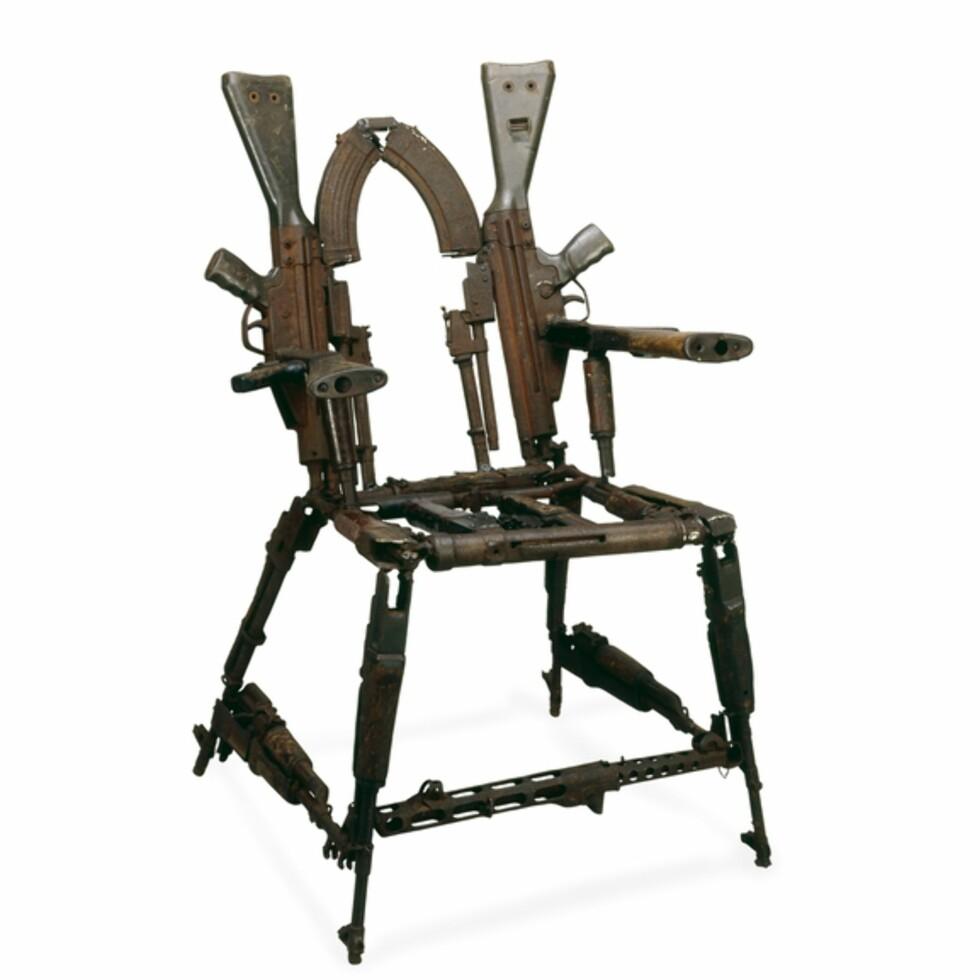 """""""Throne of weapons"""" heter dette verket av Cristovao Canhavato fra Mozambique. Stolen ble bygget som en del av prosjektet """"Transforming Arms into Tools"""" etter borgerkrigen i landet i 1992. Bildet er fra The British Museum, hvor den for tiden står utstilt."""