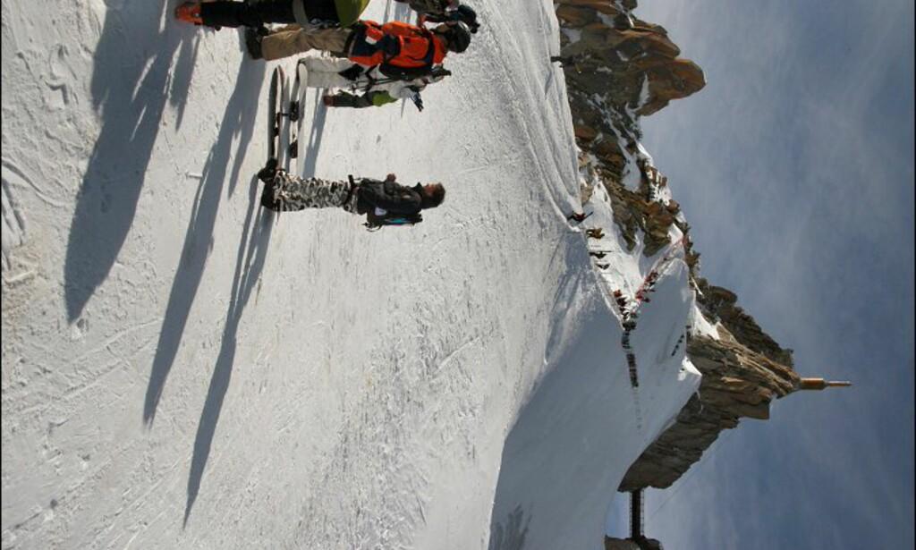 På toppen av isbreen, der offpistekjøringen skal starte. Aguille de Midis i bakgrunnen. Foto: Eigil Knudsen Ingnes