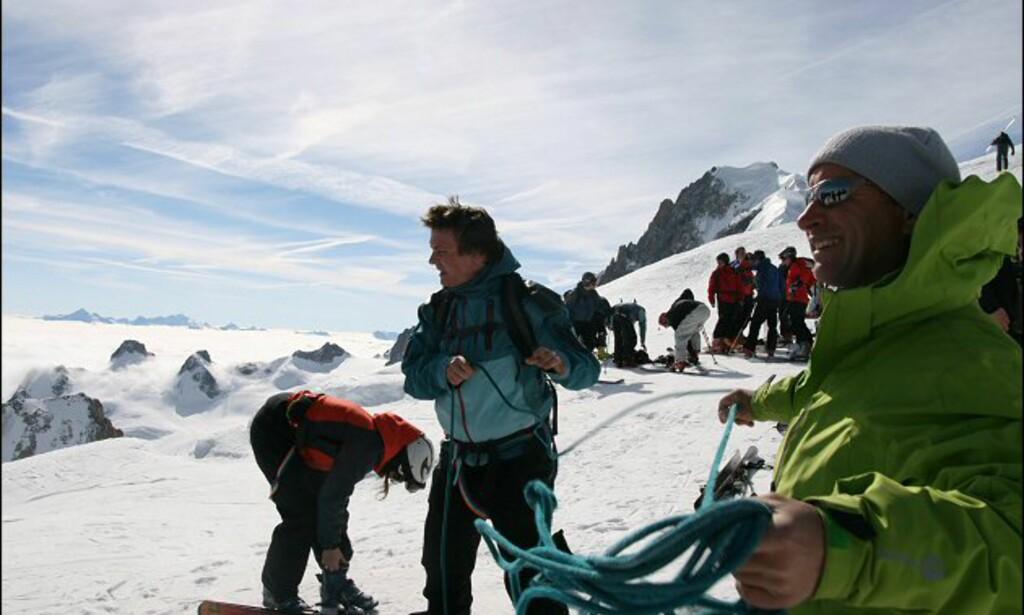 Av med sikkerhetsutstyret. Guiden Denis Etienne gir oss de siste instruksjoner. Foto: Eigil Knudsen Ingnes
