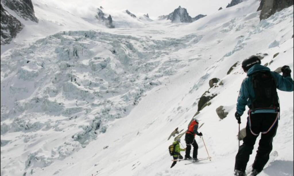 På vei ned mot en isbre.Jon Ødegård ser til at Aina kommer seg trygt avgårde. Foto: Eigil Knudsen Ingnes