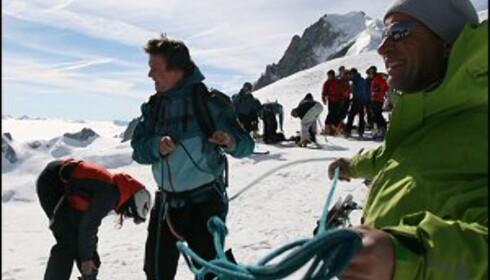 Av med sikkerhetsutstyr før vi setter utfor isbreen. Foto: Eigil Knudsen Ingnes