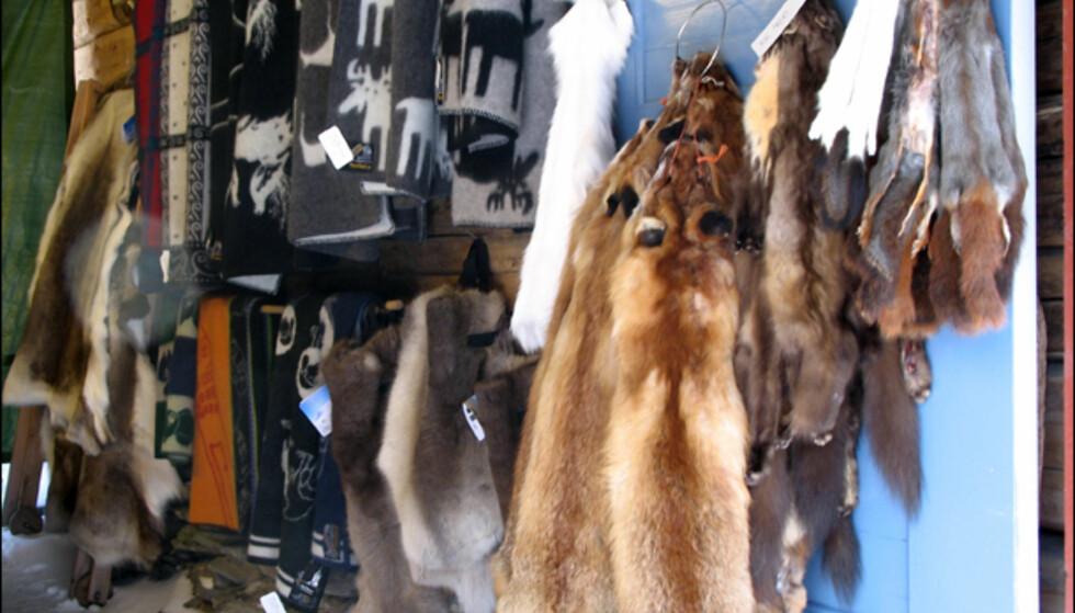 På et sted hvor temperaturene gjerne kan bevege seg ned mot 35 minusgrader eller lavere, trenger man noe å varme seg på. Hva med en pels eller et ullpledd fra Rørostweed?