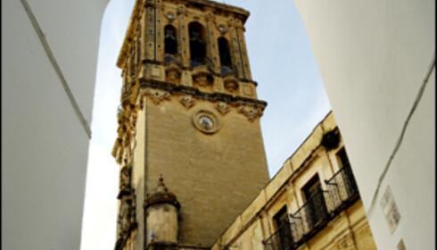 Arcos de la Frontera har fått navnet sitt på grunn av de mange buegangene i byen, det gjelder å holde blikket hevet. Foto: www.photito.com