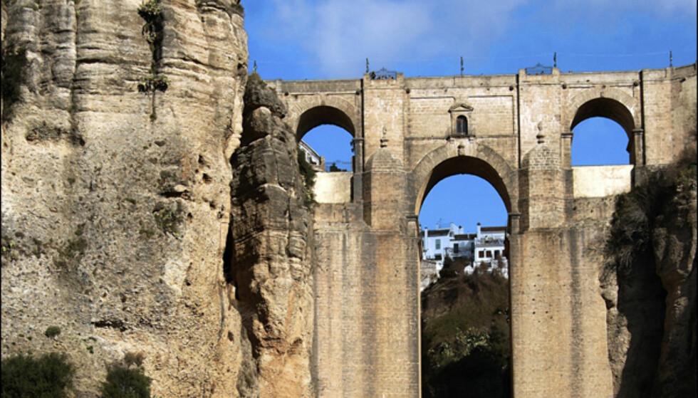 Rondas berømte bro spenner juvet som deler byen i to. Foto: www.photito.com
