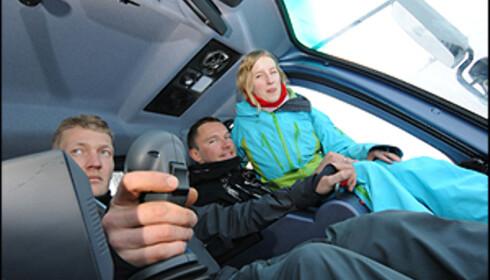 Daglig leder Hans Anders Rindølen (t.v) ved Stranda Skisenter kjører en spent gjeng opp i pudderparadiset med prepareringsmaskin. Foto: Hans Kristian Krogh-Hanssen