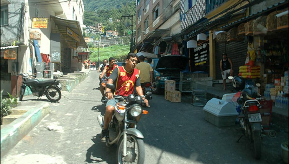 Motorsykkeltaksier er vanlig inne i favelaenes trange gater. Foto: Hans Kristian Krogh-Hanssen
