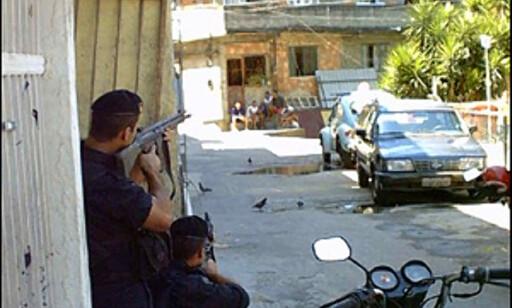 Skuddvekslinger mellom politiet og lokale gangstere er hverdagskost i favelaene. Foto: Wikipedia.com