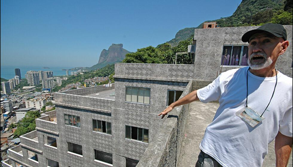 Ferdinan forklarer livet i favelaen. Foto: Hans Kristian Krogh-Hanssen