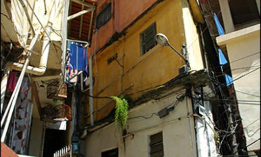Det var elektrisiteten som skulle gjøre favelaen til fast eiendom for den fattige lokalbefolkningen, i dag er den en dødsfelle mange steder. - Skulle det vært advarselskilt for alle de farlige byggene i favelaen, hadde det ikke vært plass til annet enn skilt, ler Ferdinan. Foto: Hans Kristian Krogh-Hanssen