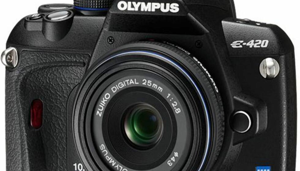 Sammen med E-420 lanserer Olympus også et ekstremt kompakt og lett objektiv som passer til Olympus E-420 og alle andre kamerahus i FourThirds-standarden. Det nye objektivet lyder navnet ZUIKO DIGITAL 25mm 1:2,8, har en brennvidde tilsvarende 50mm i 35-formatet. Det stikker kun 2,35cm ut fra kameraet, og veier kun 95 gram. ZUIKO DIGITAL 25mm 1:2,8 forventes å komme i salg i Norge i april/mai, til veiledende pris kr 2290,-.