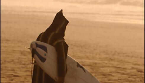 """En lokal surfer i sin """"jelaba"""". Foto: Hans Kristian Krogh-Hanssen"""