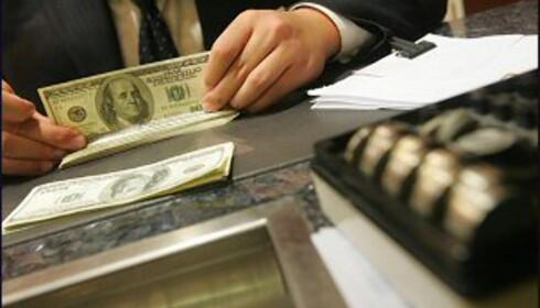 Snart er det kanskje over og ut å hente penger i bankskranken... Foto: Colourbox.no.