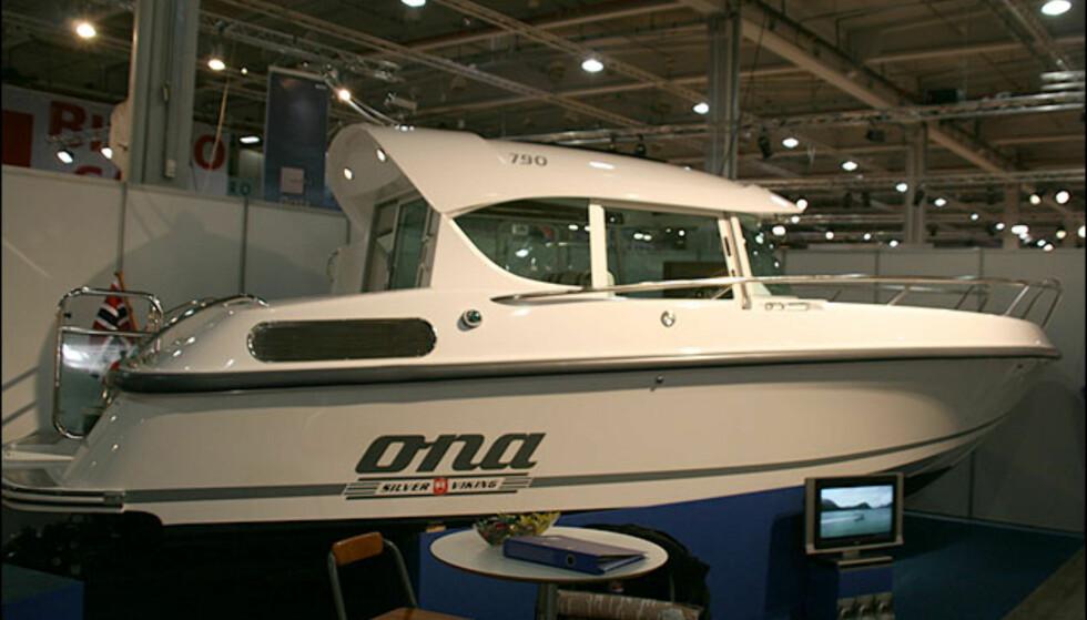 Uværsbåt fra Silver Viking. Ona har fått navnet sitt etter fyret. Den har 320 dieselhester og Castoldi vannjet.