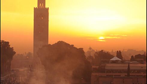 """Djemaa el-Fna i solnedgang. Stedet hvor den """"røde by"""" samles hver kveld. Se bildene av folket her i bildespesialen. Alle foto: Hans Kristian Krogh-Hanssen"""