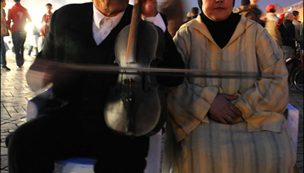 Alle gjør sitt for å tjene en slant på Djemaa el-Fna. Stemningen er magisk ved solnedgang.