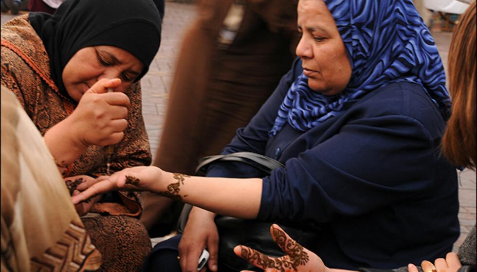 Hennatatovering er populært blant lokale kvinner og turister i Marrakesh.